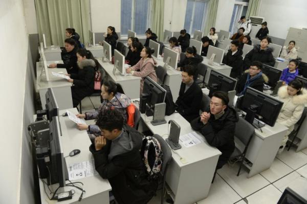 计算机考�y�^�_广播电视节目主持专业的考生坐在计算机室待考.