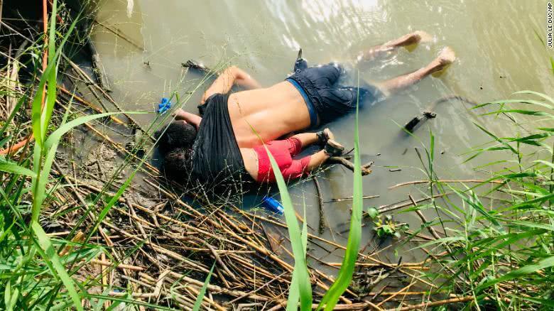 薩爾瓦多男子帶2歲女兒穿越美墨邊境溺亡:面朝下倒在水里